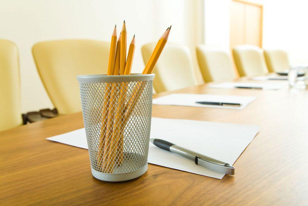 lápis numa mesa de escritório