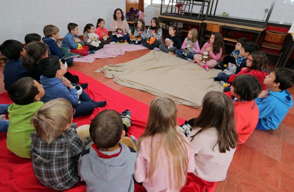 Crianças em atividade escolar