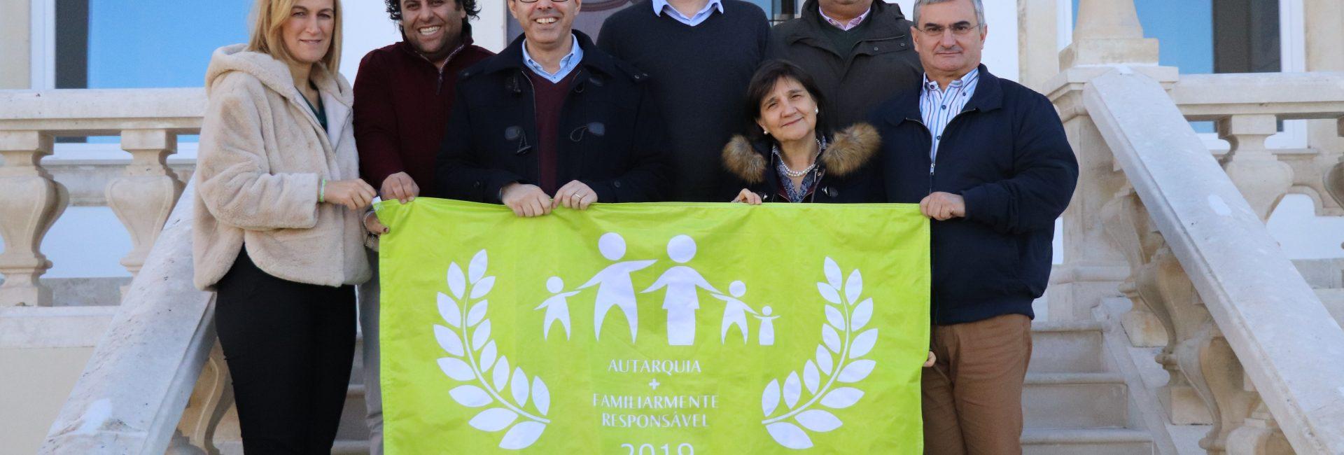 """Bandeira """"Autarquia + Familiarmente Responsável"""" hasteada no edifício dos Paços do Concelho"""