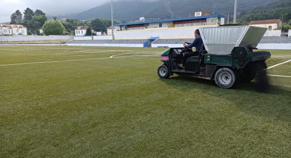 Manutenção dos relvados sintéticos do Estádio Dr. José Pinto de Aguiar e Complexo Desportivo das Gândaras.